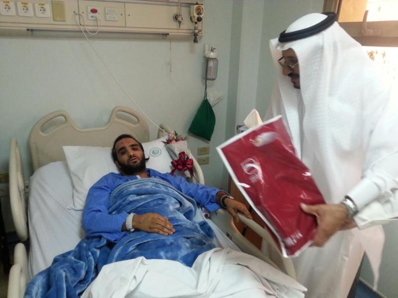 منسوبو بنك البلاد يعايدون مصابي الحد الجنوبي في المستشفى العسكري بخميس مشيط (1) 