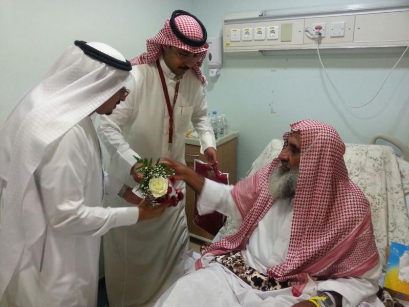 منسوبو بنك البلاد يعايدون مصابي الحد الجنوبي في المستشفى العسكري بخميس مشيط (754046934) 