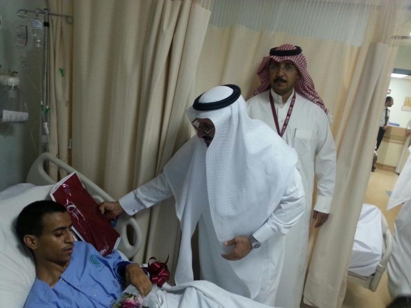 منسوبو بنك البلاد يعايدون مصابي الحد الجنوبي في المستشفى العسكري بخميس مشيط (754046935) 