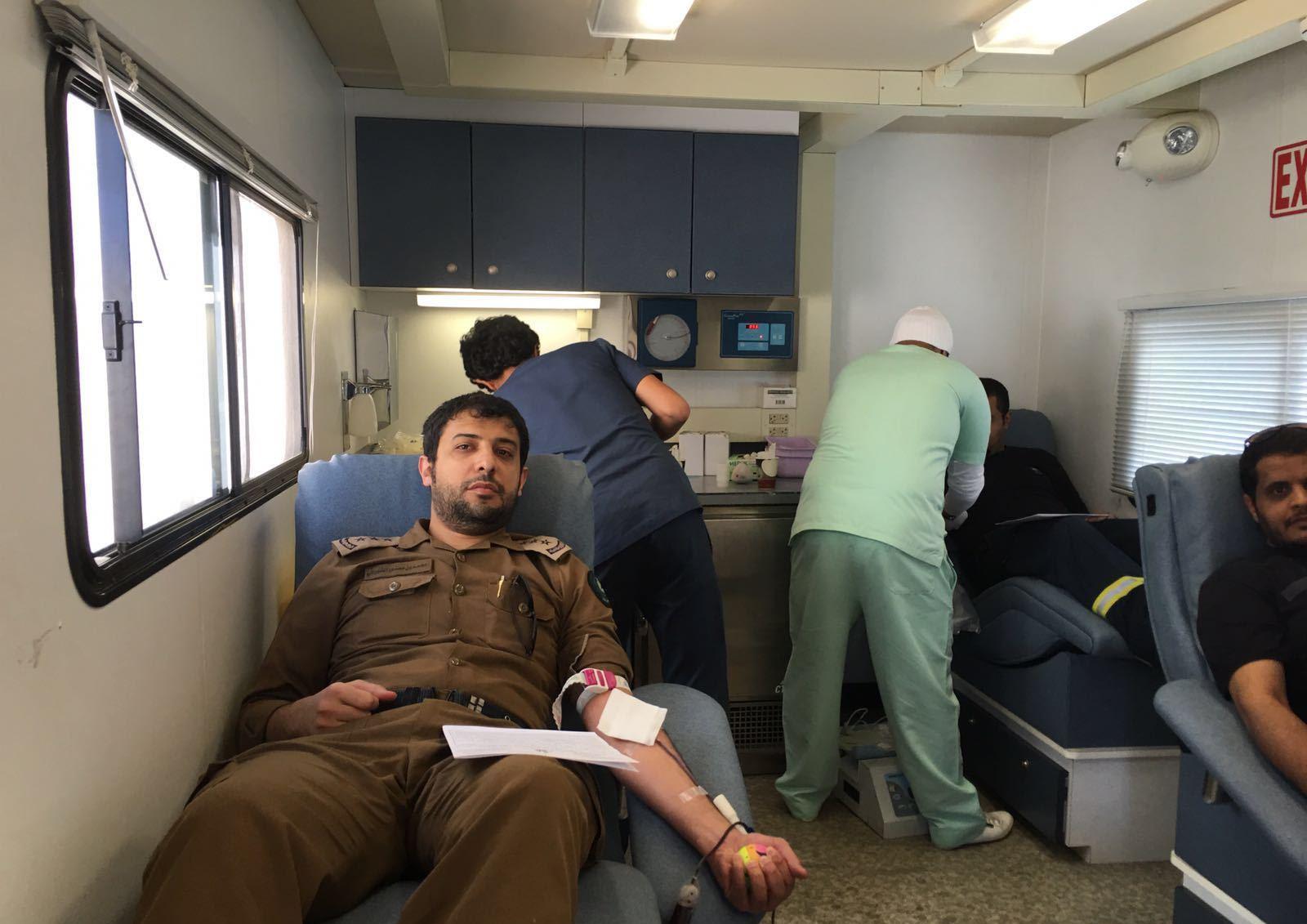 منسوبي مدني خميس مشيط يتبرعون بدمائهم للمصابين الأبطال بالحد الجنوبي (2)