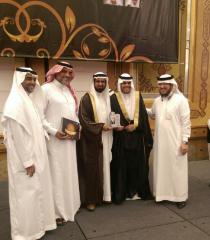 منصور الغامدي مع أبنئة في حفل التخرج