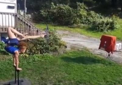 مهارة طفلة في رمي السهام