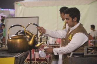 شاهد.. طالب الطب يبيع الشاي بمهرجان ورد تبوك - المواطن