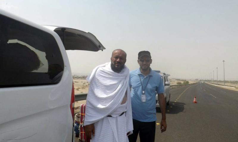 مهنيون سعوديون يجوبون الطرقات لإصلاح السيارات المتعطلة مجانا على الطرق المؤدية للحرم المكي 2