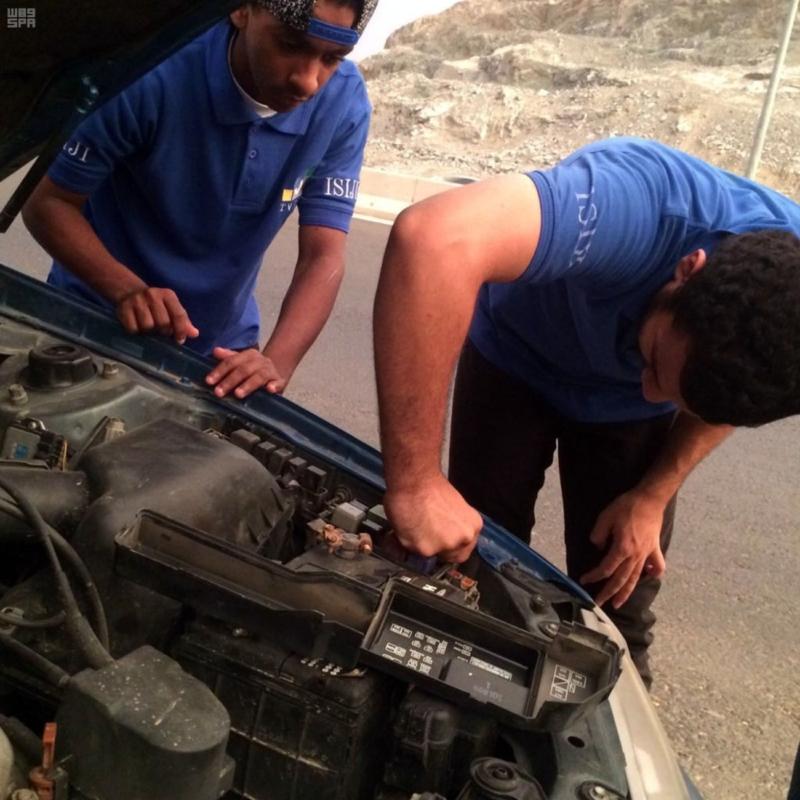 مهنيون سعوديون يجوبون الطرقات لإصلاح السيارات المتعطلة مجانا على الطرق المؤدية للحرم المكي 3
