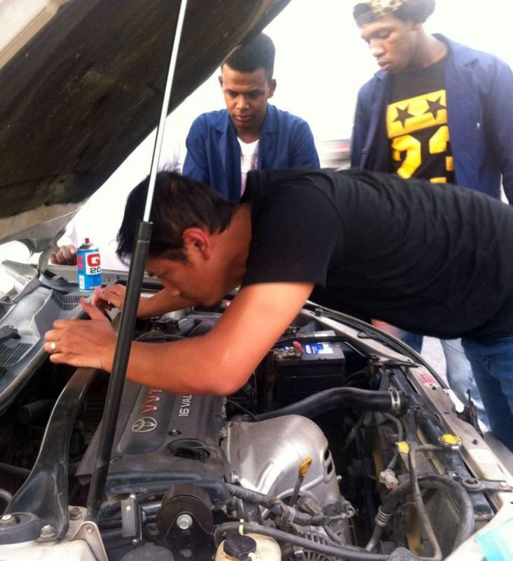 مهنيون سعوديون يجوبون الطرقات لإصلاح السيارات المتعطلة مجانا على الطرق المؤدية للحرم المكي 4