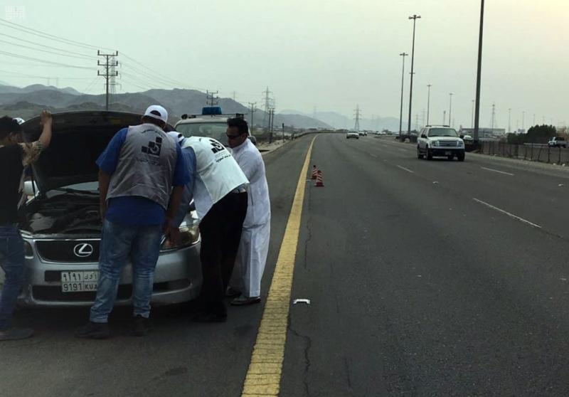 مهنيون سعوديون يجوبون الطرقات لإصلاح السيارات المتعطلة مجانا على الطرق المؤدية للحرم المكي 5