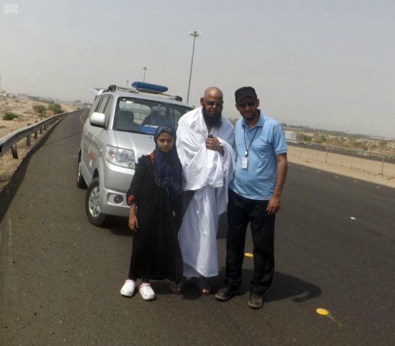 مهنيون سعوديون يجوبون الطرقات لإصلاح السيارات المتعطلة مجانا على الطرق المؤدية للحرم المكي
