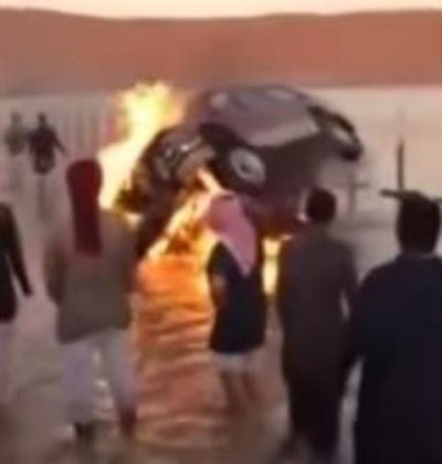 مواطنون يلقون سيارتهم ببحيره
