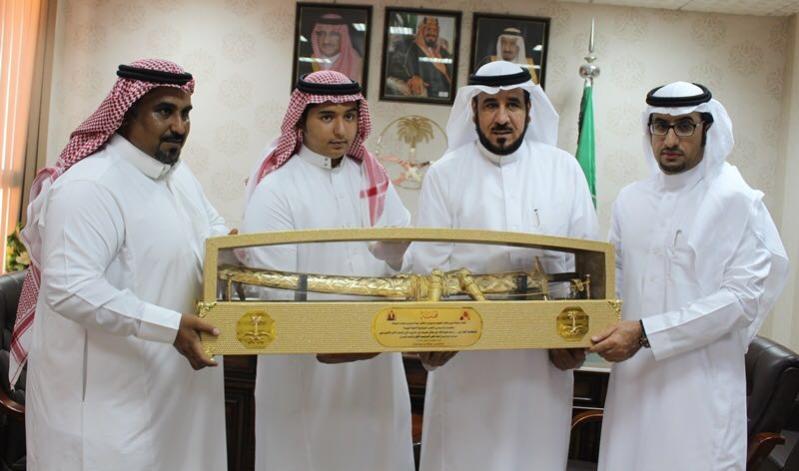 مواطن وابنه يحصلان على المركز الأول بنفس الترتيب والصف (2)