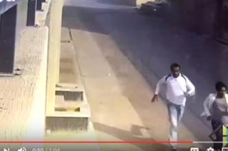 بالفيديو.. مواطن يطارد سارقيه ويضبط أحدهم - المواطن