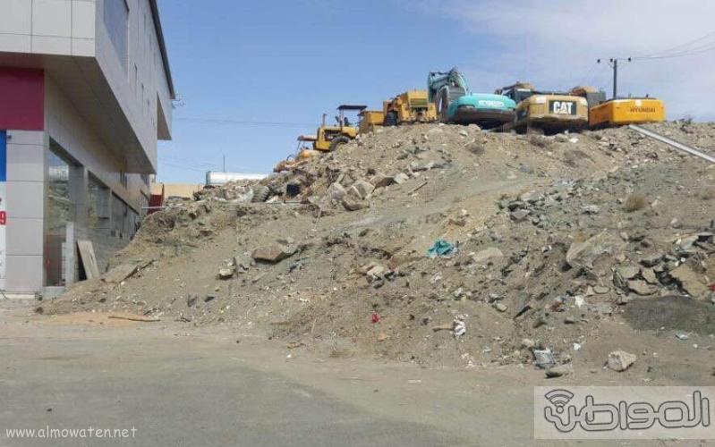 مواطن يغلق شارع ٣٠ بمعارض الخميس بمعداته ويرفض ازالتها  (1)