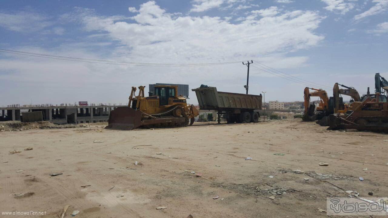 مواطن يغلق شارع ٣٠ بمعارض الخميس بمعداته ويرفض ازالتها (3)