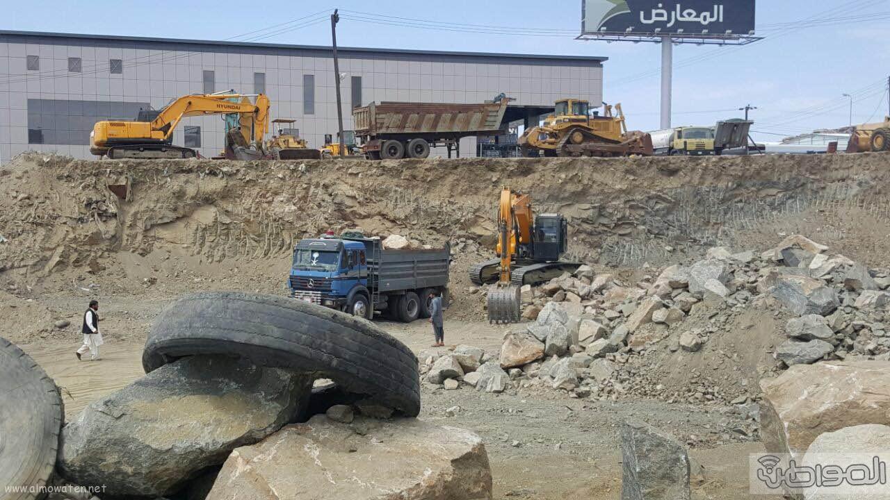 مواطن يغلق شارع ٣٠ بمعارض الخميس بمعداته ويرفض ازالتها (4)