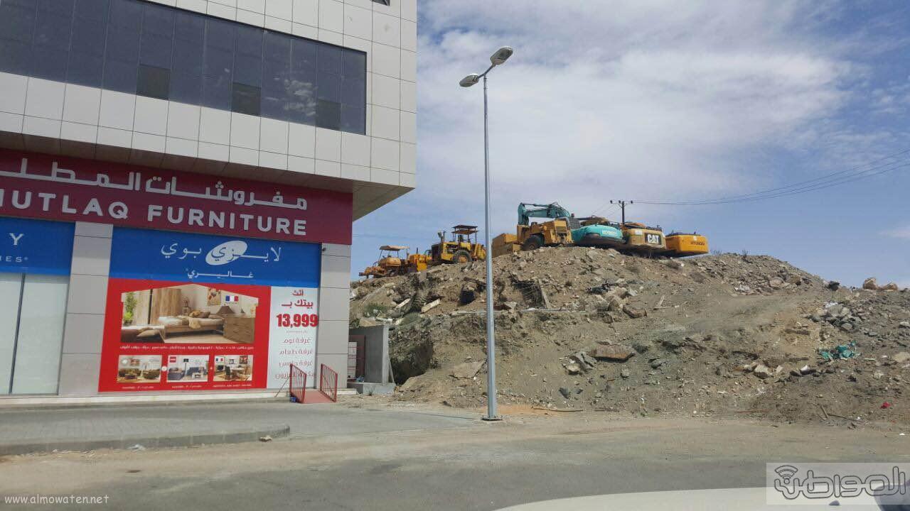 مواطن يغلق شارع ٣٠ بمعارض الخميس بمعداته ويرفض ازالتها (5)