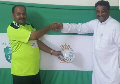 مواطن يكافئ عامله اليمني بخمسة آلاف لفوز الأهلي بكأس الملك (1)