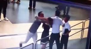موظفة مطار تتعرض للضرب