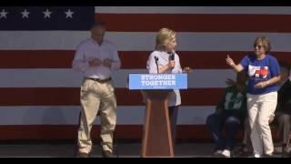 موقف محرج لهيلاري كلينتون في كلمتها أثناء جولتها الانتخابية