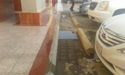 مول في جازان يصرف مياه الصرف على بواباته4