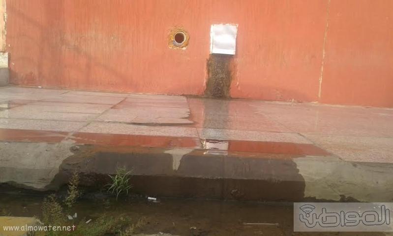 مول في جازان يصرف مياه الصرف على بواباته6