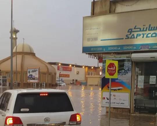 مياه الأمطار تغلق مطعم البيك بـ #بريدة (1)