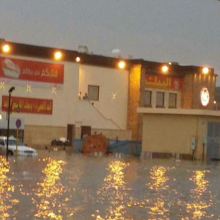 مياه الأمطار تغلق مطعم البيك بـ #بريدة (2)