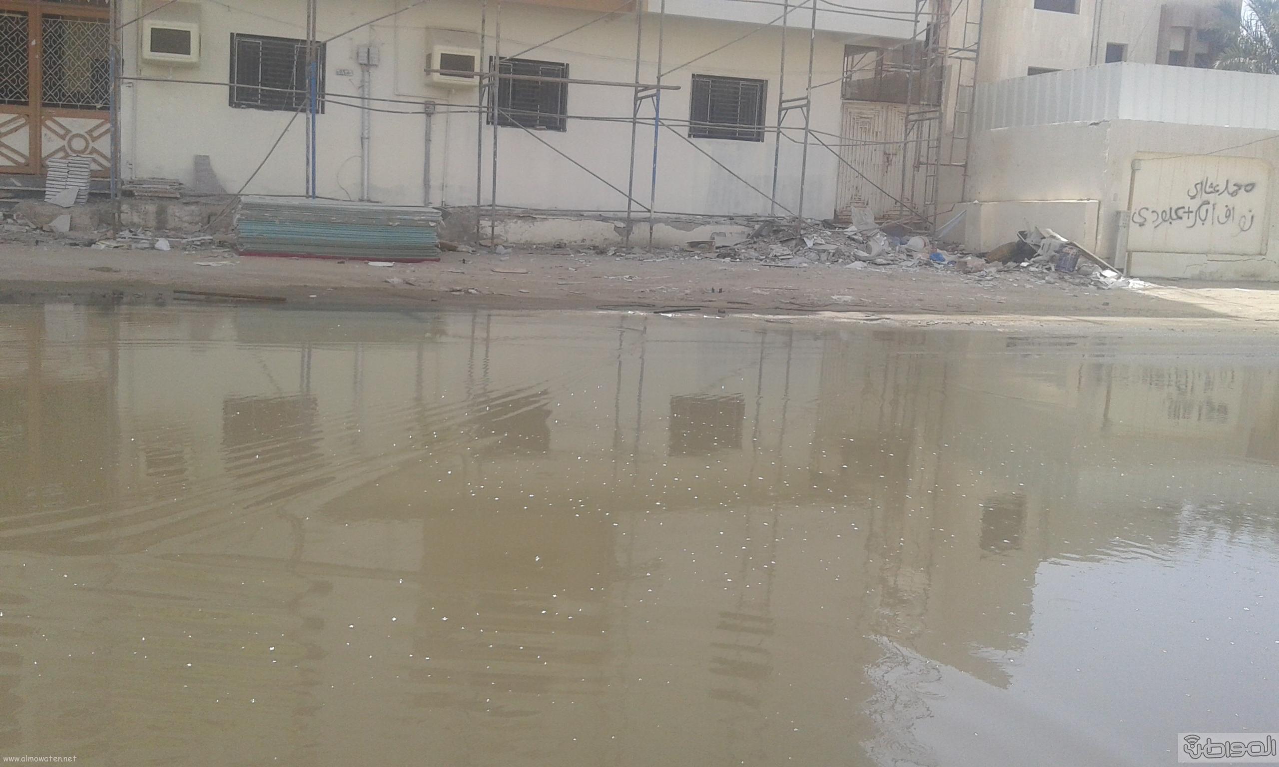 مياه الصرف الصحي تحاصر مسجد ومباني حكومية بروضة جازان (1)