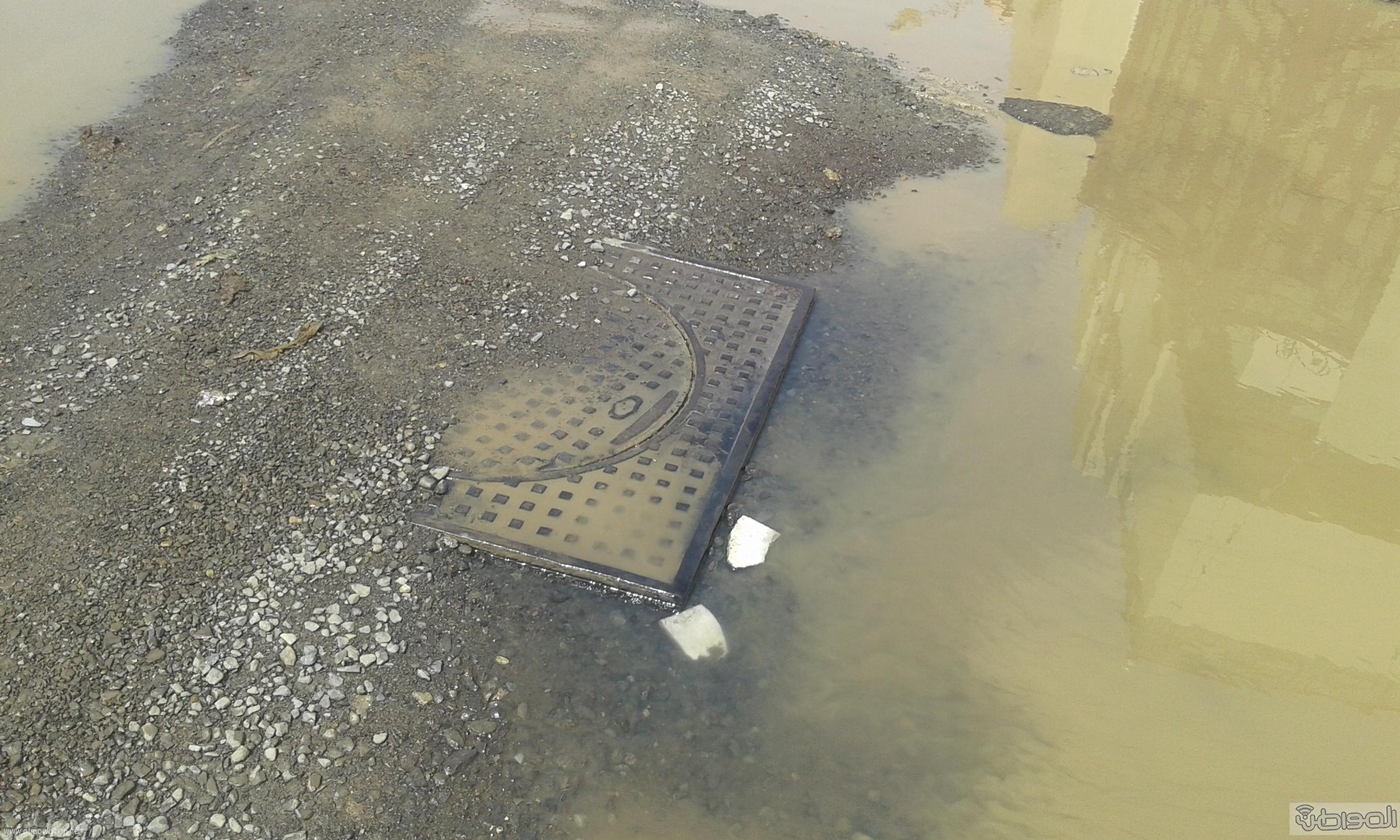 مياه الصرف الصحي تحاصر مسجد ومباني حكومية بروضة جازان (9)