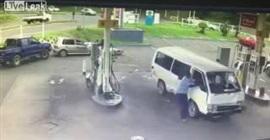 """شاهد.. ميكروباص يحطم سيارة وهو """"يطير"""" ويستقر داخل محطة بنزين - المواطن"""