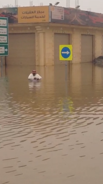مُسن متهور يقطع مياه الأمطار بـ #بريدة