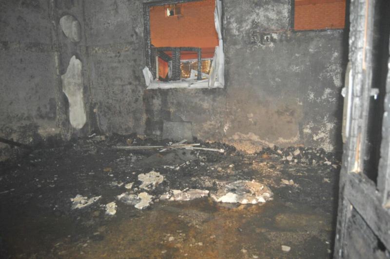 مُكيف يسبب حريقا في مبنى سكني بحي الشريبات 4