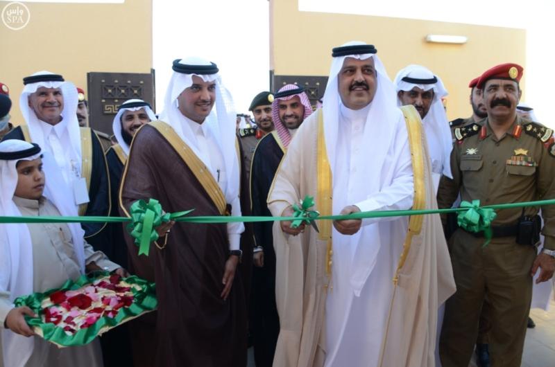 نائب أمير حائل يسلم للمستفيدين مفاتيح وحداتهم السكنية1