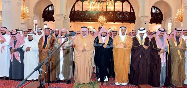 نائب أمير منطقة الرياض يؤدي صلاة الميت على الدكتور محمد الرشيد