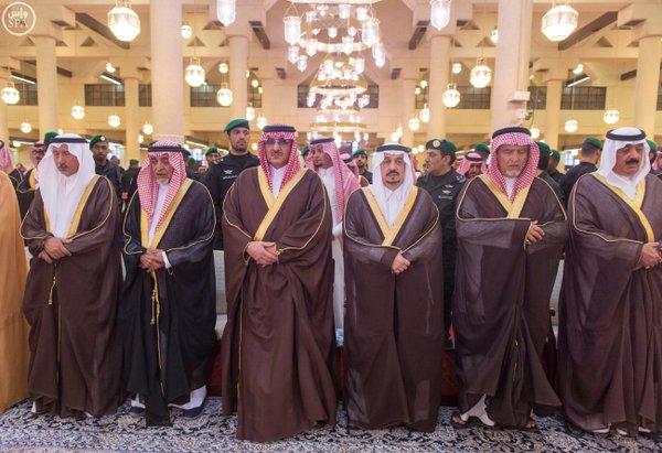 نائب خادم الحرمين يؤدي صلاة الميت على الأميرة سارة بنت سعود