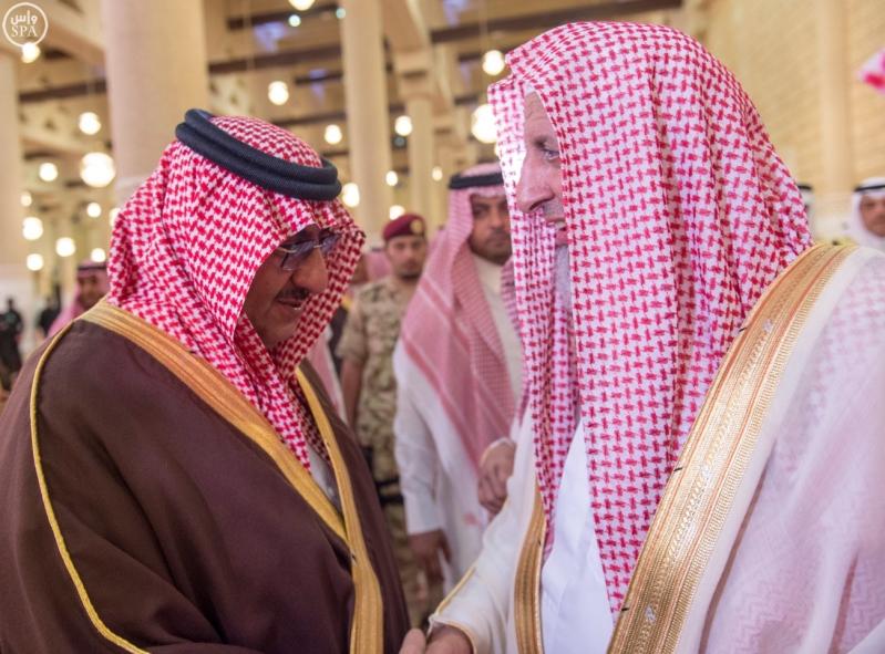 نائب خادم الحرمين يؤدي صلاة الميت على الأميرة سارة بنت سعود11