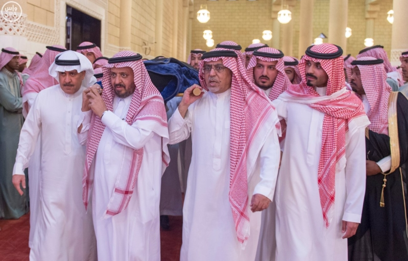 نائب خادم الحرمين يؤدي صلاة الميت على الأميرة سارة بنت سعود12