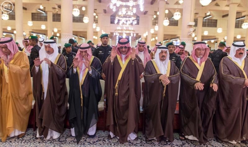 نائب خادم الحرمين يؤدي صلاة الميت على الأميرة سارة بنت سعود5