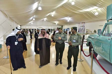 نائب رئيس مكافحة الفساد يزور جناح الجوازات بمهرجان الجنادرية (1)