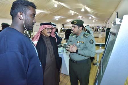 نائب رئيس مكافحة الفساد يزور جناح الجوازات بمهرجان الجنادرية (4)