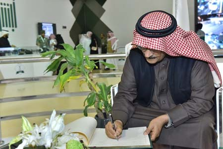 نائب رئيس مكافحة الفساد يزور جناح الجوازات بمهرجان الجنادرية (7)