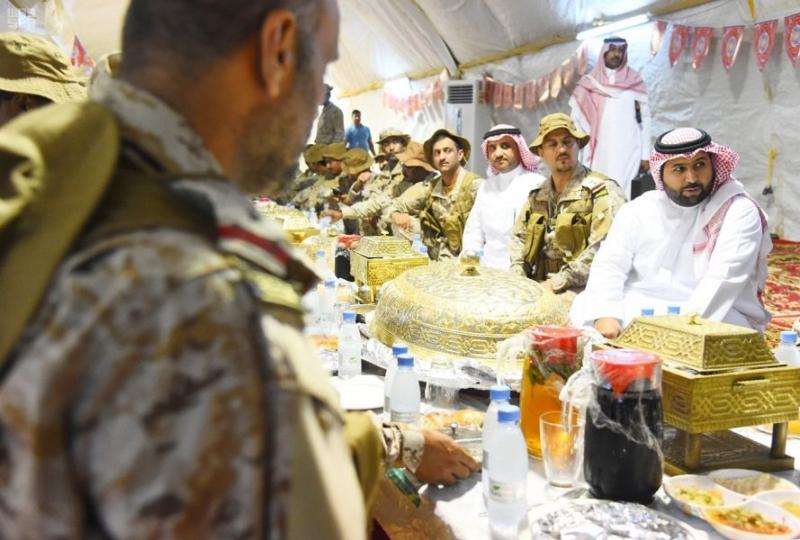 بالصور.. نائب أمير جازان يشارك المرابطين على الحد الجنوبي الإفطار - المواطن