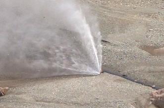 شاهد.. نافورة مياه تنفجر وسط وادي ضلع والسبب مجهول - المواطن