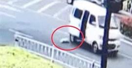 شاهد.. لحظة نجاة طفل رضيع من الدهس تحت عجلات سيارة - المواطن