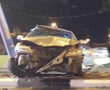 نجاة شاب ارتطمت مركبته بعمود إنارة ببارق حادث