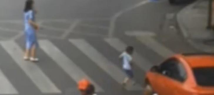 نجاة طفل من الموت بأعجوبة بعد أن دهسته سيارة