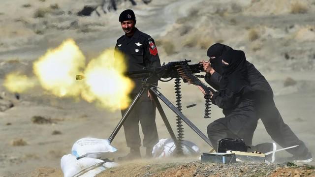 شاهد بالصور.. نساء في دورة كوماندوز للشرطة الباكستانية