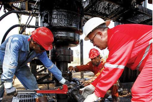 تخمة المعروض تزيد الضغوط على أسواق النفط قبل اجتماع الجزائر