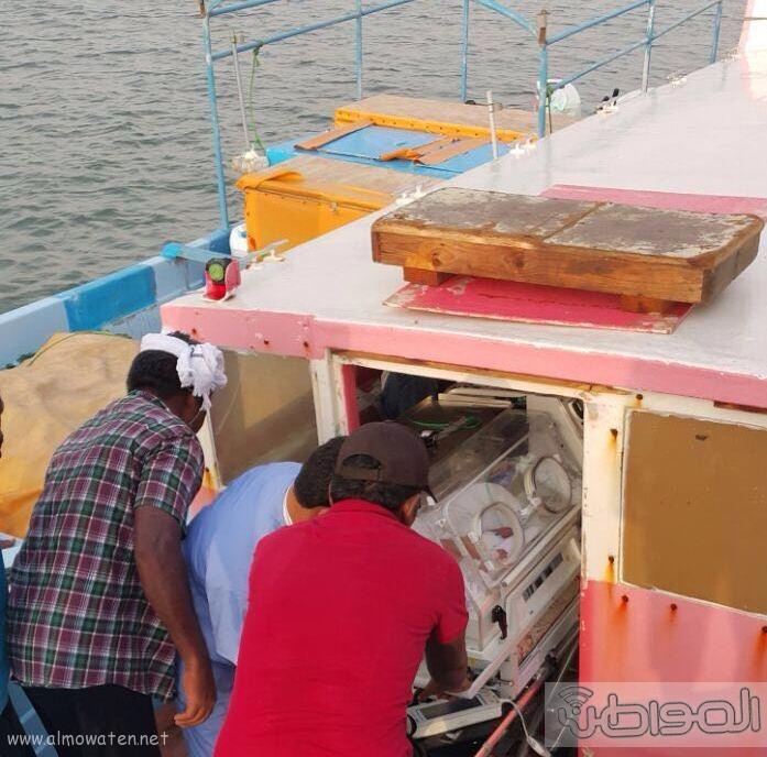 نقل رضيعة بحالة حرجة من فرسان بمركب مائي متهالك (5)