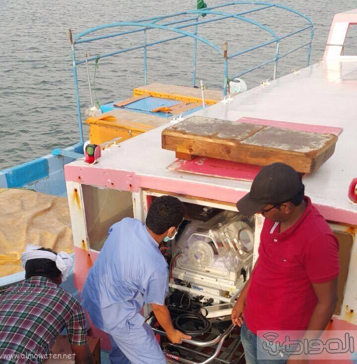 نقل رضيعة بحالة حرجة من فرسان بمركب مائي متهالك (8)