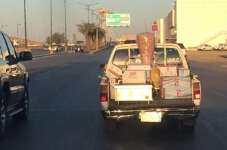 """نقل """"شاورما"""" بحوض سيارة مكشوف.. والمواطنون: أين أمانة الجوف؟ - المواطن"""